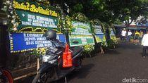 Karangan Bunga Penuhi Rumah Pensiunan TNI yang Tewas di Pd Labu