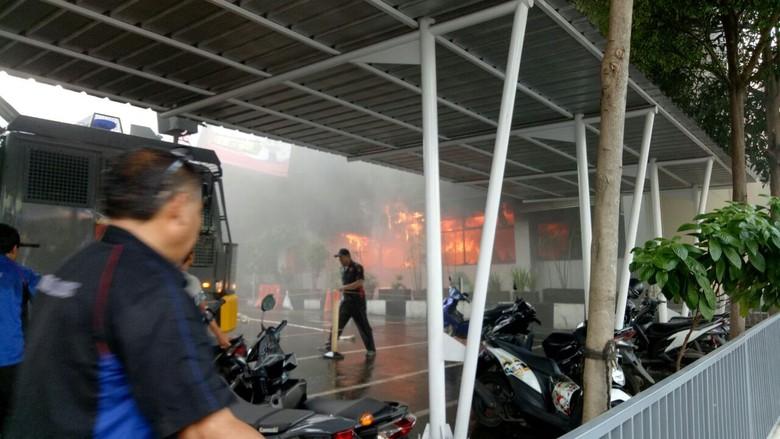 Polda Metro Jaya Kebakaran, 8 Damkar Dikerahkan