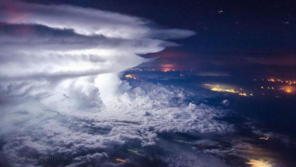 Jepretan Awan Spektakuler dari Kokpit Pesawat