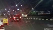 Mobil Tabrak Pembatas Jalan Tol di Kuningan