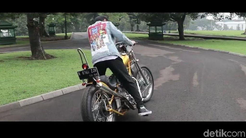 Bergaya Bak Dilan, Jokowi Jajal Motor Chopper ke Luar Istana