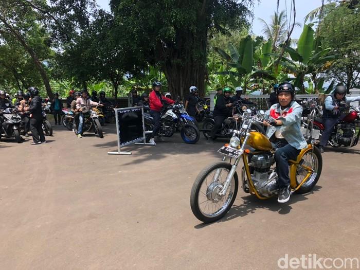 Presiden Jokowi mengendarai motor ke Sukabumi. Foto: Ray Jordan/detikcom