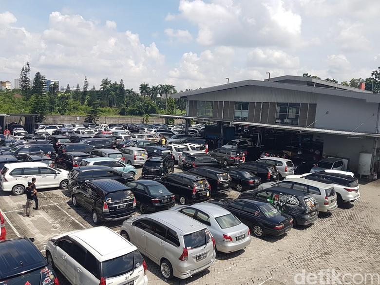 Ratusan Mobil Toyota Hebohkan Cikarang
