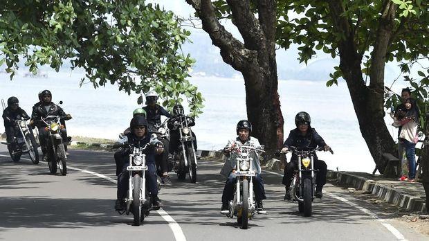 Presiden Joko Widodo (tengah) mengendarai motor Chopper Royal Enfield 350 cc saat kunjungan kerja di Sukabumi,