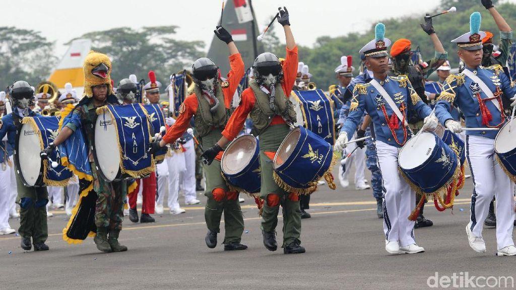 Atraksi Kesenian dan Bela Diri di Upacara HUT ke-72 TNI AU