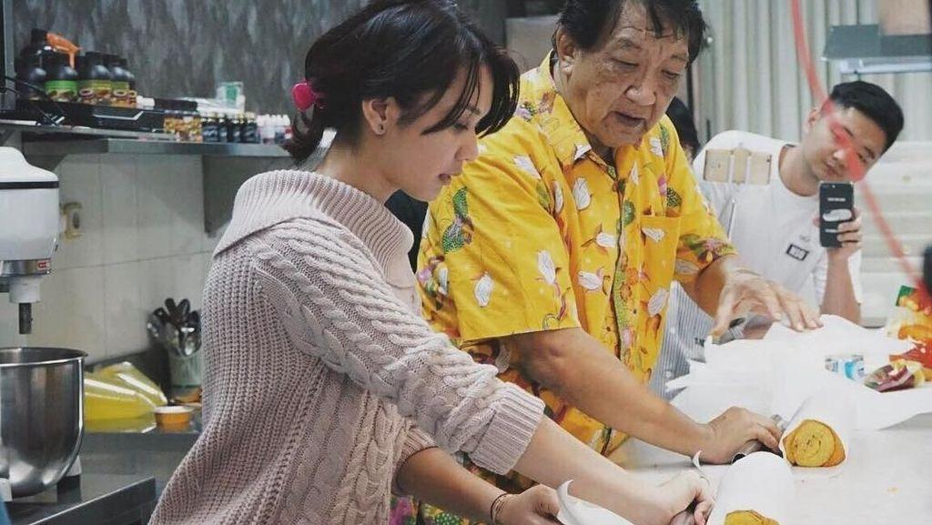 Pernah Belajar Kuliner di Korea Selatan, Ini 10 Aksi Memasak Dea Annisa!