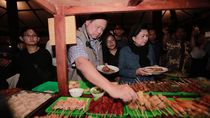 Foto: Hangatnya SBY-Bu Ani Makan Bareng Warga di Alun-alun Yogya