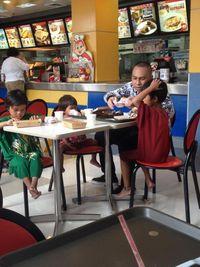 Melihat Anak Pengemis Dibelikan Makan Siang, Pria Filipina Ini Terharu Dengar Kisahnya