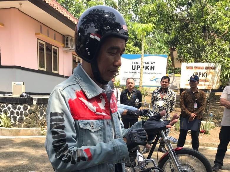 Ayo Tebak Berapa Harga Helm yang Dipakai Jokowi?