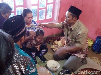 Melihat Tradisi Potong Rambut Gimbal di Merbabu