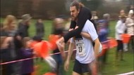 Seru Abis! Ada Lomba Lari Gendong Istri di Inggris