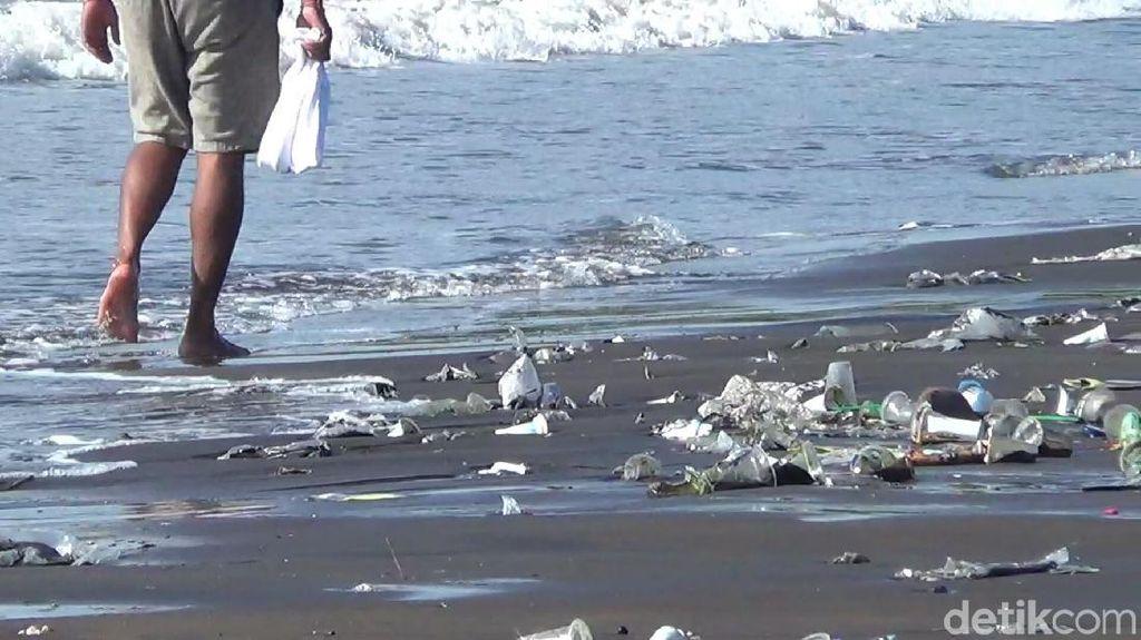 Joroknya Pantai Sanur Dipenuhi Sampah