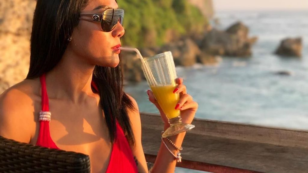Ini 10 Bukti Kalau Melly Bradley Doyan Plesir Sambil Makan Enak