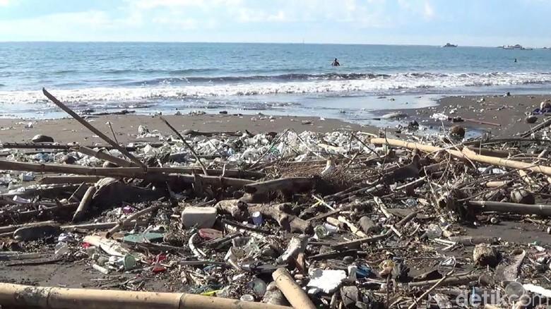 10 Ton Sampah Diangkut di Pantai Sanur Setiap Hari
