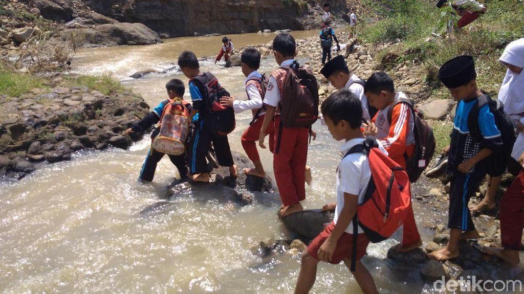 Foto: Menantang Maut! Bocah Cirebon Terobos Sungai untuk Sekolah