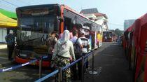 Warga Antre Naik Bus Tanah Abang Explorer