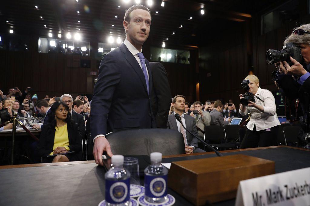 Saat Zuckerberg memasuki ruang parlemen AS. Foto: Reuters