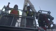 Saat Kapolrestabes Naik Skylift Pantau Kebakaran Tunjungan Plaza 6