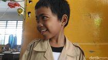 Senyum Alpin, Bocah yang Naik KRL Parung-Tn Abang untuk Sekolah