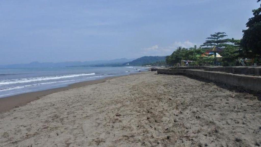 Orang Sukabumi Pasti Bangga Punya Pantai Ini, Bersih Banget!