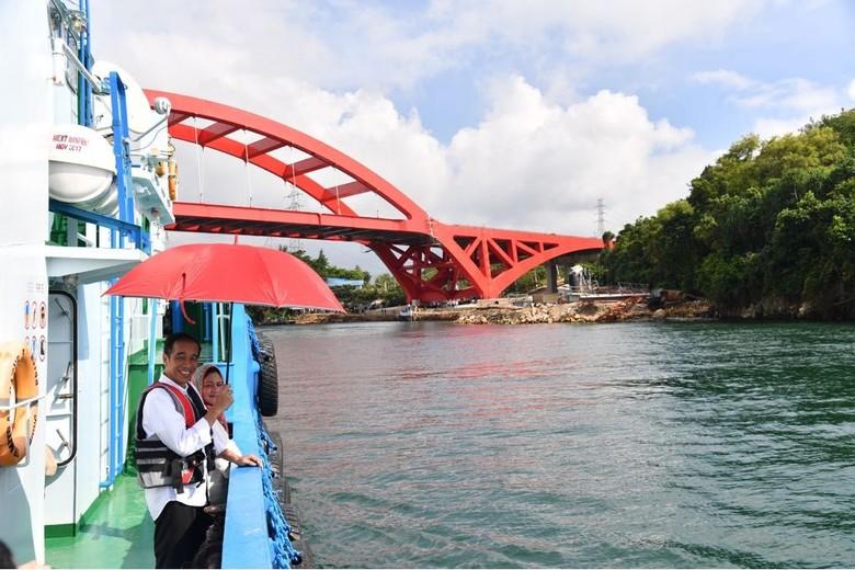Romansa Jokowi-Iriana Sepayung Berdua di Jembatan Holtekamp