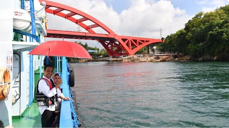 Presiden Jokowi meninjau pembangunan Jembatan Holtekamp di Jayapura (Laily Rachev/Biro Pers Setpres)