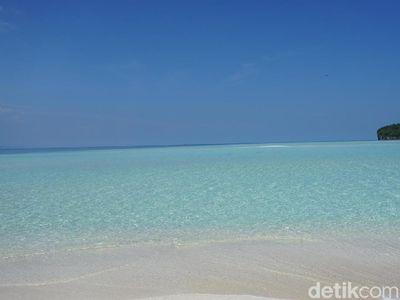 Foto: Keajaiban Pasir Timbul di Tengah Laut Raja Ampat