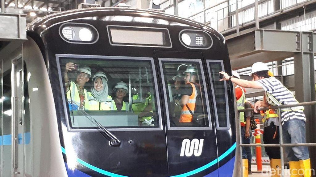 Cek Kereta MRT, Anies Selfie Bareng Masinis Wanita
