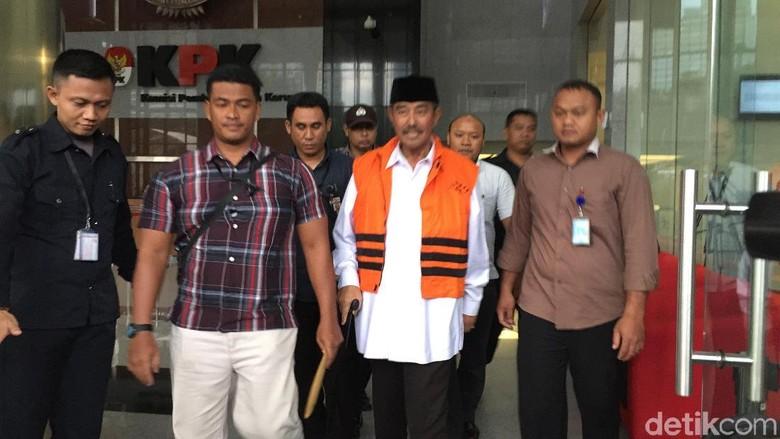Jalan Pakai Tongkat, Bupati Bandung Barat Ditahan KPK