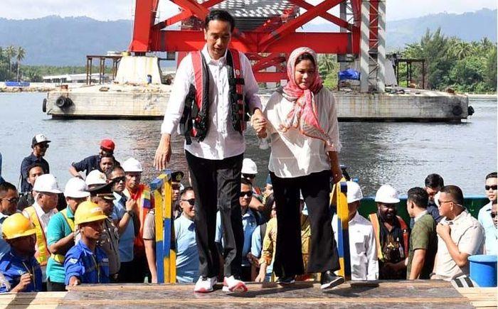 Jokowi tampak menggandeng tangan istrinya, Iriana. Laily Rachev/Biro Pers Setpres.