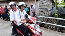 Jokowi Boncengkan Iriana Naik Motor Blusukan Keliling Asmat