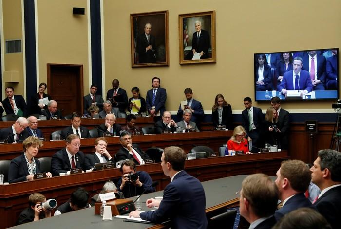 Zuckerberg ketika disidang DPR AS. Foto: Reuters