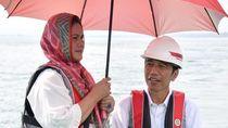 Foto: Potret Mesra Jokowi-Iriana Sepayung Berdua di Jayapura