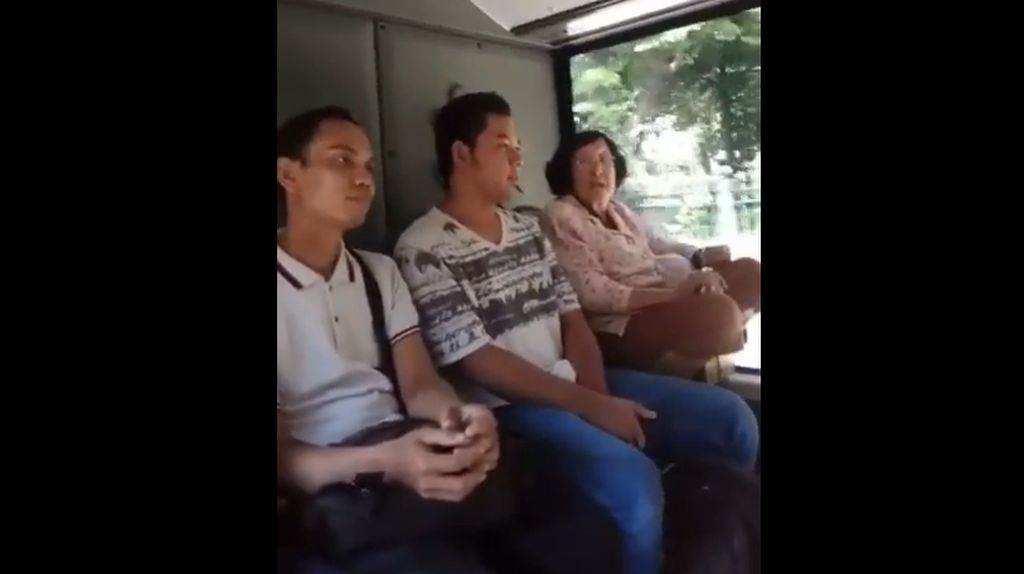 Viral Video Nenek-nenek Jongkok dan Ngomel di TransJakarta