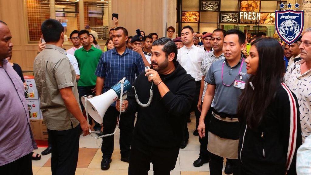 Kehebohan Saat Pangeran Johor Bayar Belanjaan Pengunjung Rp 3,5 M