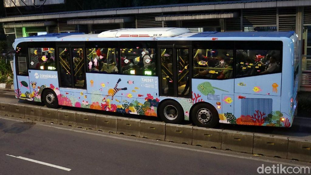 Lucu, Badan Busway Ini Bergambar Ekosistem Laut