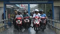 Hujan-hujanan, Jokowi Cek Infrastruktur di Asmat