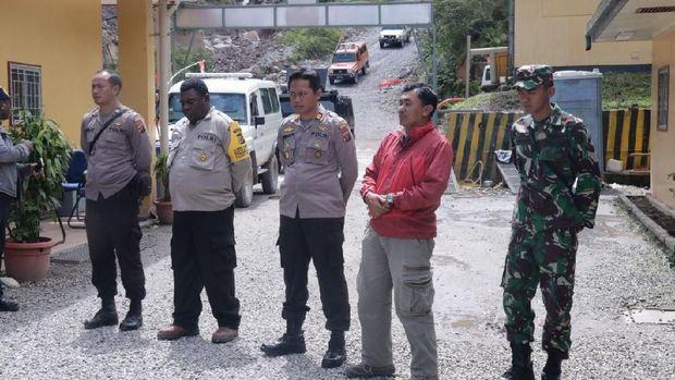 TNI-Polri bantu menyumbang babi untuk ritual bakar batu