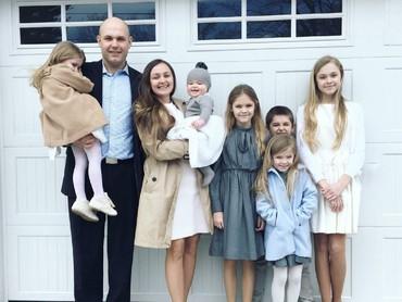 Ini dia Anna beserta 6 anaknya yang menggemaskan. (Foto: Instagram/oursixblessings)