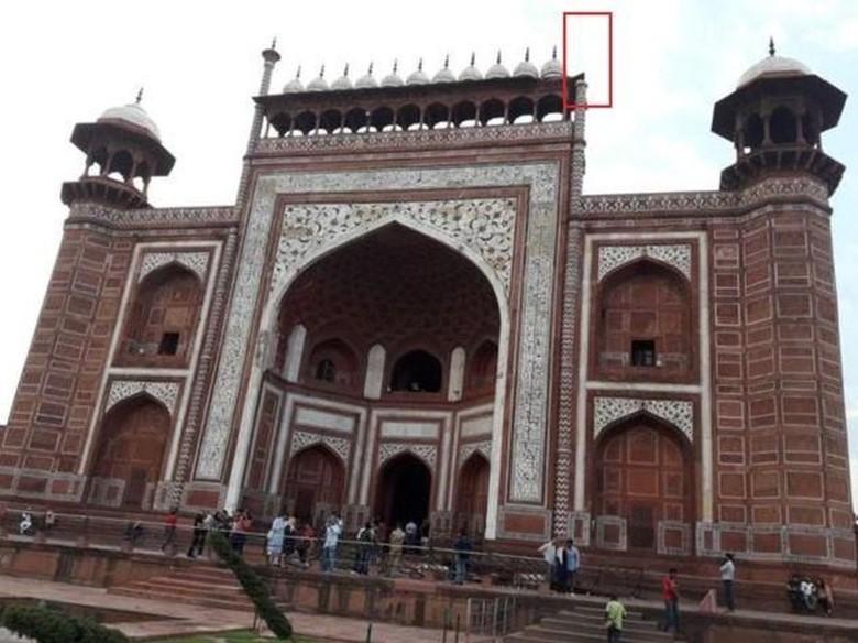 Pilar Menara di Taj Mahal Roboh Akibat Angin Badai