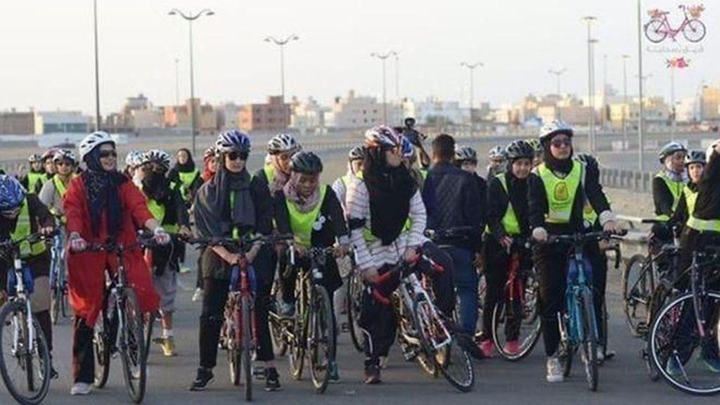 Pertama Kali! Saudi Gelar Lomba Balap Sepeda Khusus Wanita