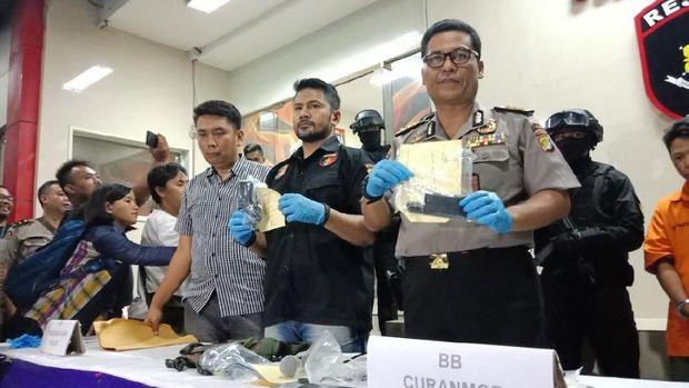 Polisi tunjukan barang bukti