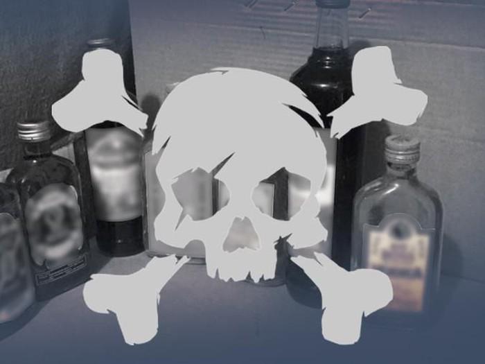 Muntah setelah minum miras oplosan bukan berarti racunnya telah hilang. Foto: Ilustrasi fokus Maut Miras Oplosan (Luthfy Syahban/detikcom)