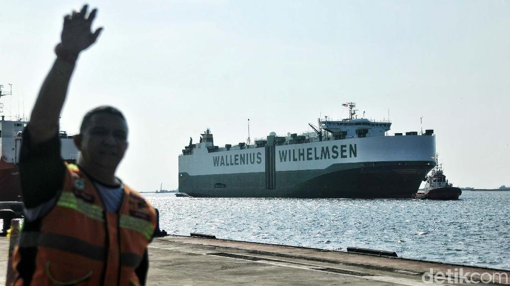 Kapal Pembawa Kereta LRT Merapat di Tanjung Priok