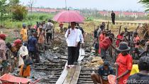 Berpayung Merah, Jokowi Tinjau Program Padat Karya di Sorong