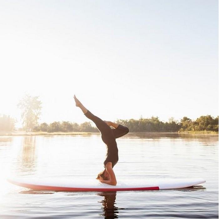 Seakan tak pernah kurang penggemar, yoga kini semakin populer dengan berbagai variasi. (Foto: Instagram/belasdosup)