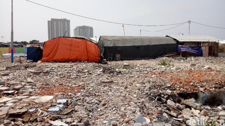 Tenda Warga yang Bertahan di Kampung Akuarium