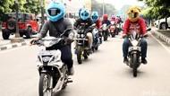 Pengendara Berhelm Elmo Jalan-jalan di Jakarta