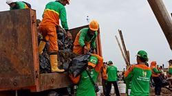Petugas Angkut 300 Ton Sampah di Pesisir Marunda