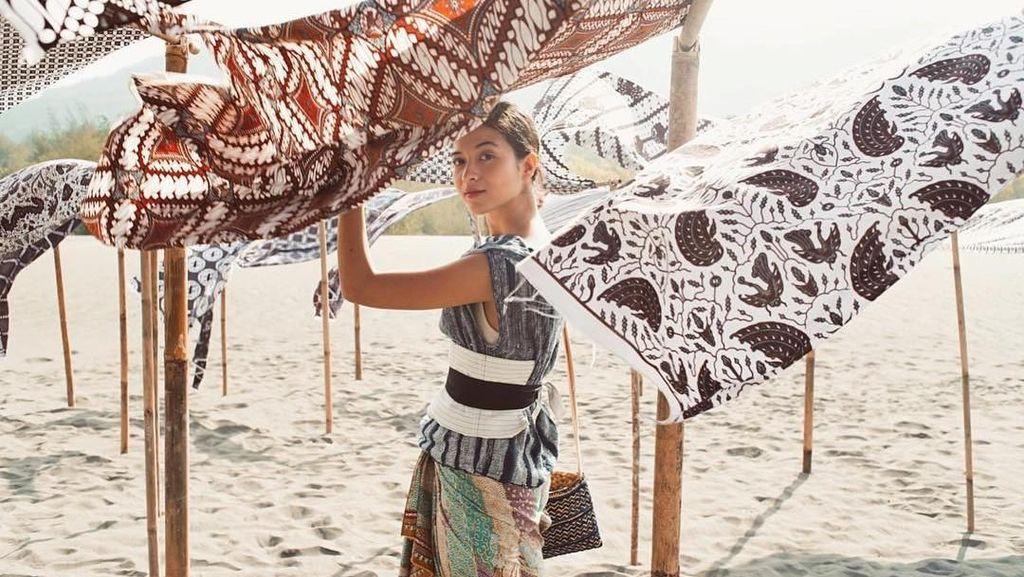 Cinta Indonesia! 15 Gaya Stylish Putri Marino Berbalut Kain Etnik